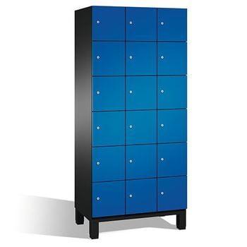 Stahl-Fächerschrank, Spindschrank auf Füßen, Selbstbelüftung, 18 Fächer (6 x 3) je 300 mm, Türfarbe lichtgrau, 1.980 x 900 x 525 mm (HxBxT)
